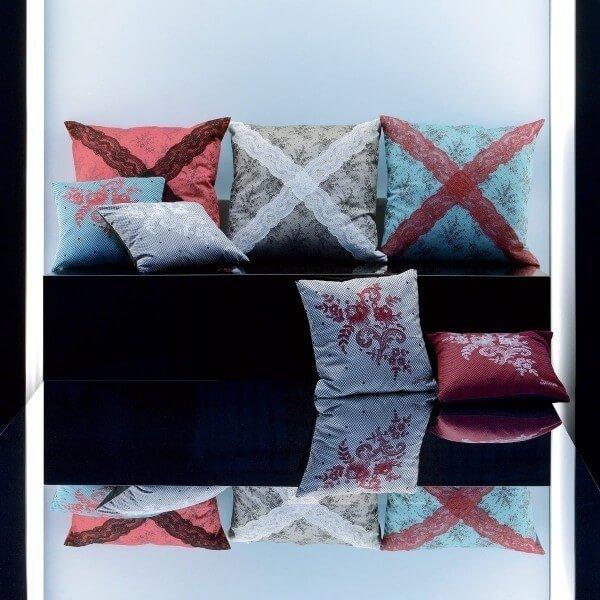 coussin f minine jean paul gaultier. Black Bedroom Furniture Sets. Home Design Ideas