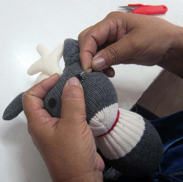 Pour ses accessoires inspirés des formes des gants et des chaussettes, Anne-Claire Petit a fait appel à des femmes thaïlandaises, expertes dans ce domaine et habituée à travailler les chaussettes et les gants.