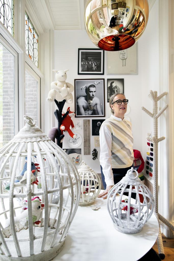 Anne-Claire Petit entourée de ses ravissantes cages à oiseaux en crochet