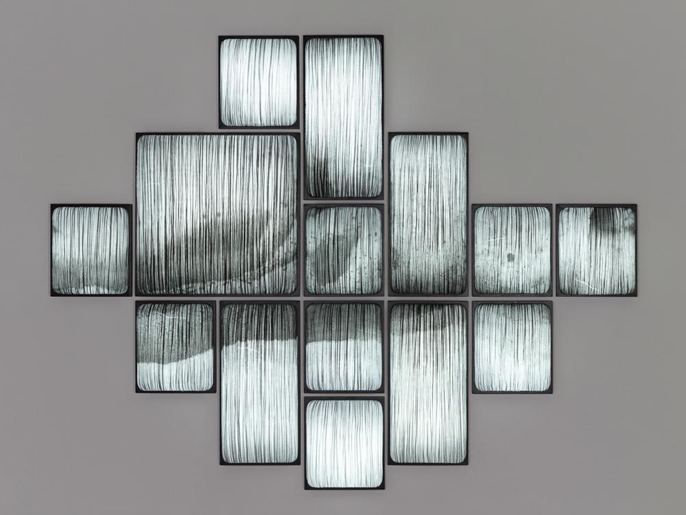 Dark Snow, impression digitale sur soie pressée par Albi Serfaty, installation de 14 lampes Simon Says, pièce unique